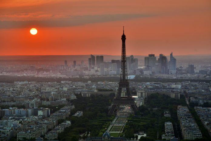 Der Eiffelturm in Paris bei Sonnenuntergang