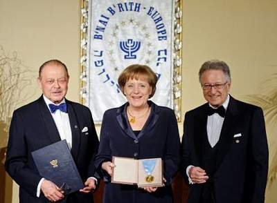 Bildergebnis für Bilder  zu Merkel bekommt jüdische Auszeichnung